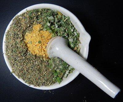 Смесь из трав, морской соли, бадяги против морщин
